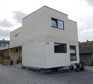 Et lite, men flott hus som ble bygget på en ledig tomt inne i et etablert boligområde
